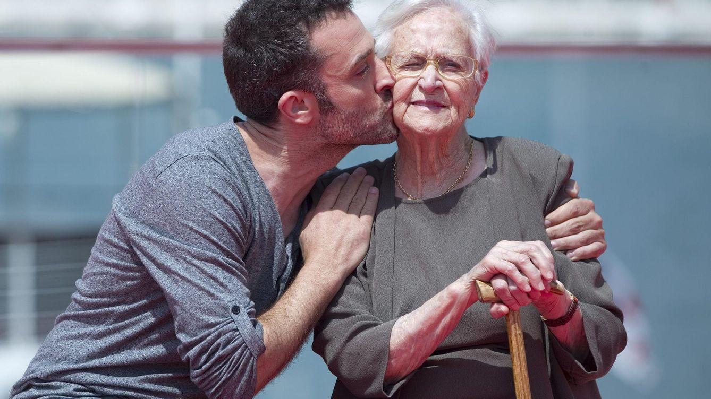 Foto: El actor Daniel Guzmán besa a su abuela y actriz también, Antonia Guzmán en Málaga (EFE)