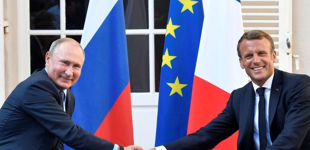 Foto: Emmanuel Macron estrecha la mano de Putin en una reunión en Bregancon en agosto. (Reuters)