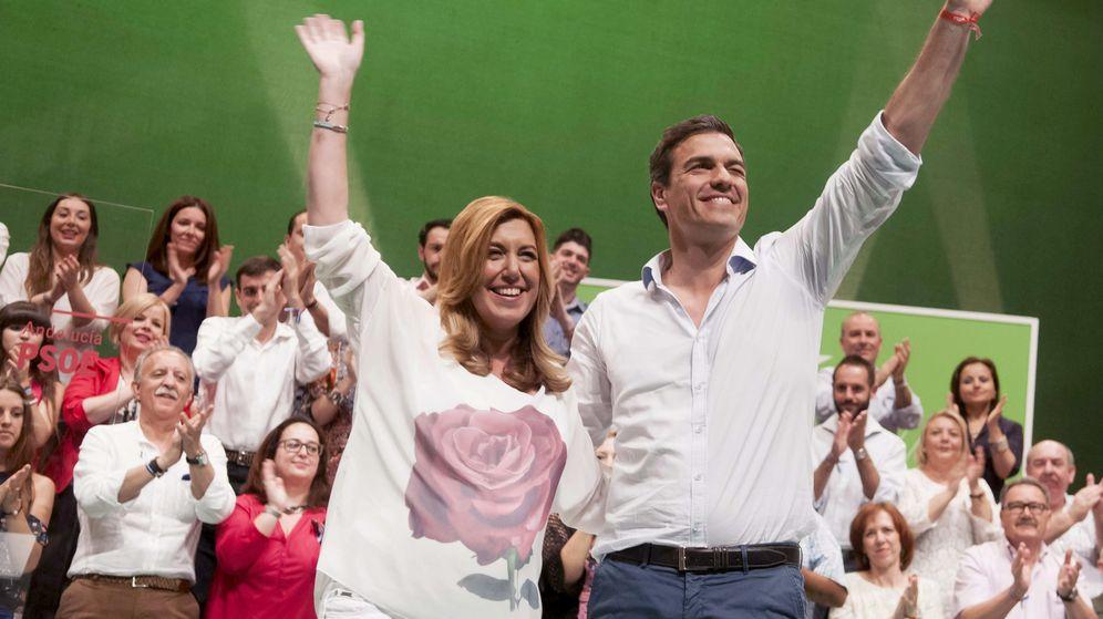 Foto: El secretario general del PSOE, Pedro Sánchez (i), junto a la presidenta andaluza en funciones, Susana Díaz. (EFE)