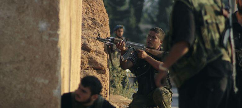 Foto: Combatientes del Ejército de Liberación Sirio (ELS) toman posiciones durante un ataque en Alepo (Reuters).