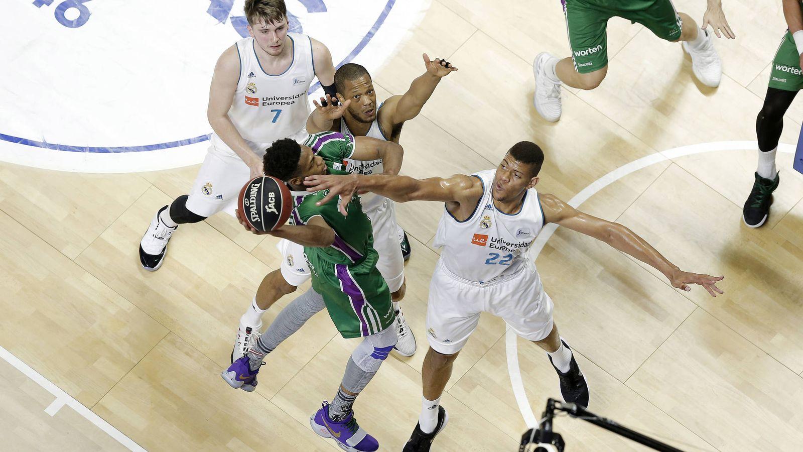 Foto: Edy Tavares se torció el tobillo izquierdo y no pudo terminar el partido contra Unicaja. (ACB Photo/M. Pozo)