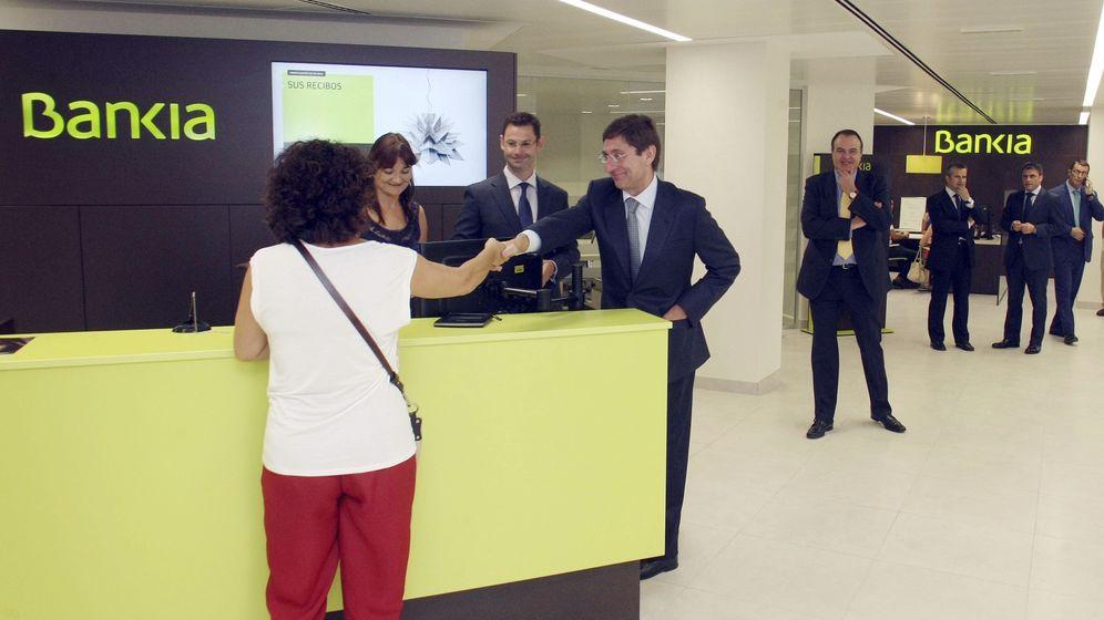 Foto: El presidente de Bankia, José Ignacio Goirigolzarri, sale de la oficina de la entidad en la calle Pintor Gisbert. (EFE)