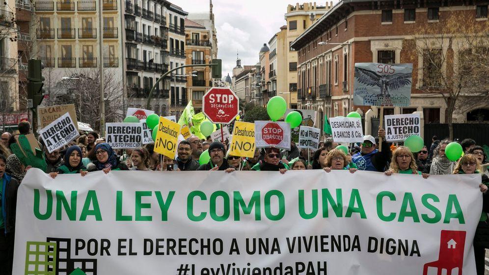 Foto: Marcha por la vivienda convocada por la Plataforma de Afectados por la Hipoteca (PAH), para reivindicar que el PP no vete su propuesta de ley de vivienda. (EFE)