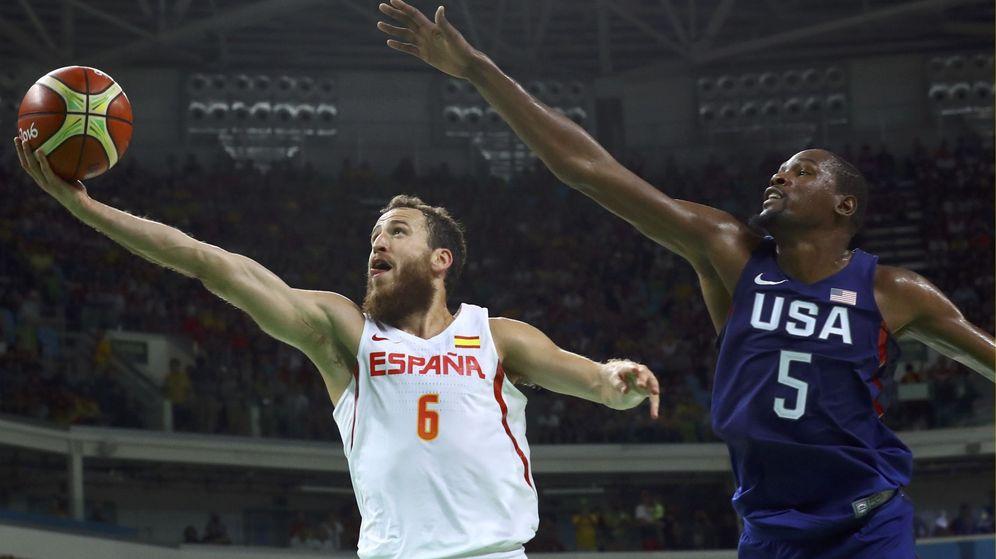 Foto: Durant intenta taponar la entrada de Sergio Rodríguez. (EFE)