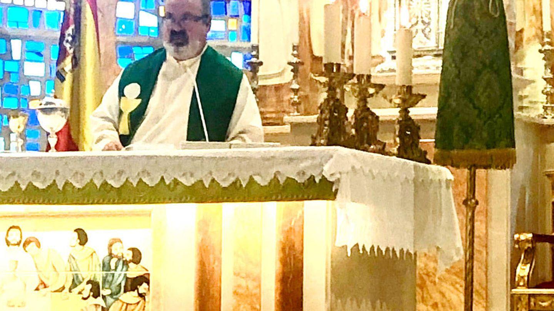 Ramón Tejero, oficiando misa. (VA)