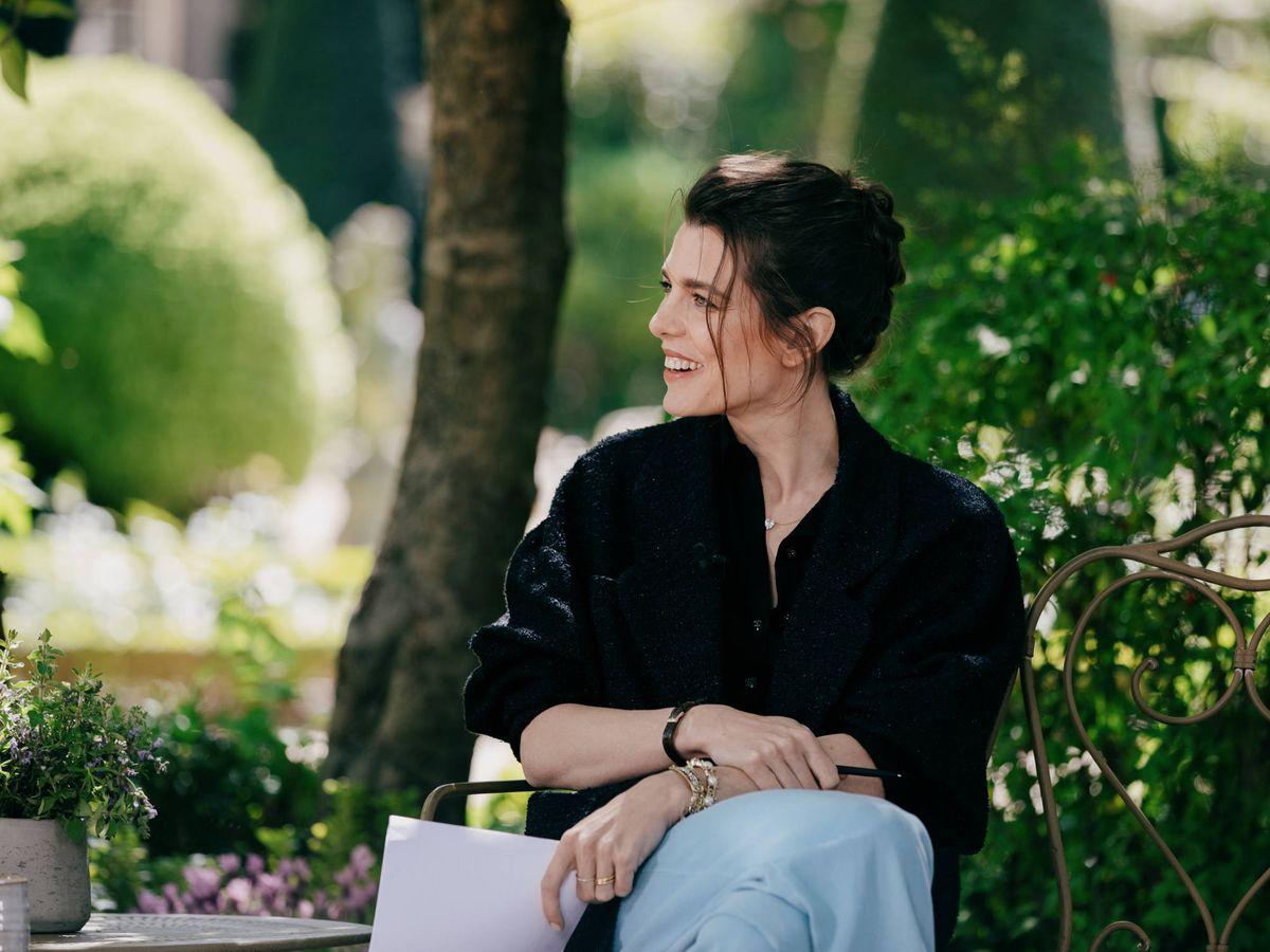 Foto: Carlota Casiraghi en vaqueros en un encuentro literario de la firma de lujo Chanel. (Cortesía Chanel)