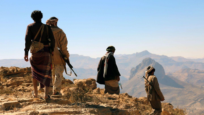 Combatientes yemeníes leales al Gobierno respaldado por Arabia Saudí avanzan contra posiciones huthíes en la región de Nihem, al este de Sanaa, el 24 de diciembre de 2017. (Reuters)