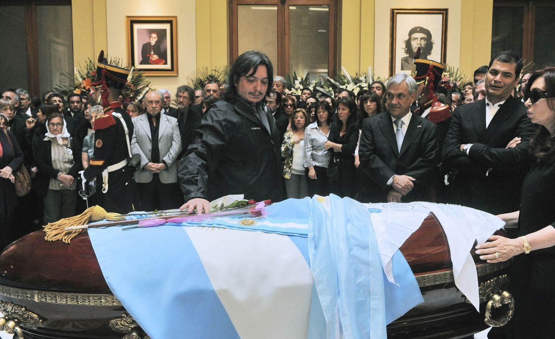 Foto: Máximo Kirchner toca el ataúd que contiene el cadáver de su padre, Néstor Kirchner, durante su funeral en el palacio presidencial, en Buenos Aires. (Reuters)