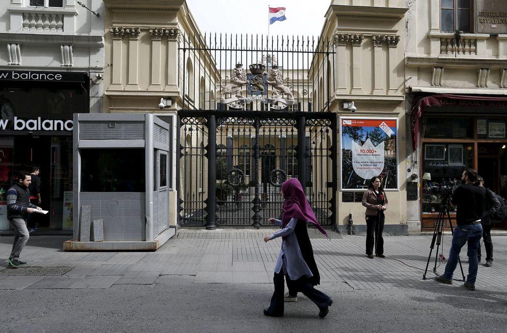 Foto: Jóvenes turcas pasa delante del consulado holandés en Estambul, evacuado por una posible amenaza terrorista, el 23 de marzo de 2016 (Reuters)