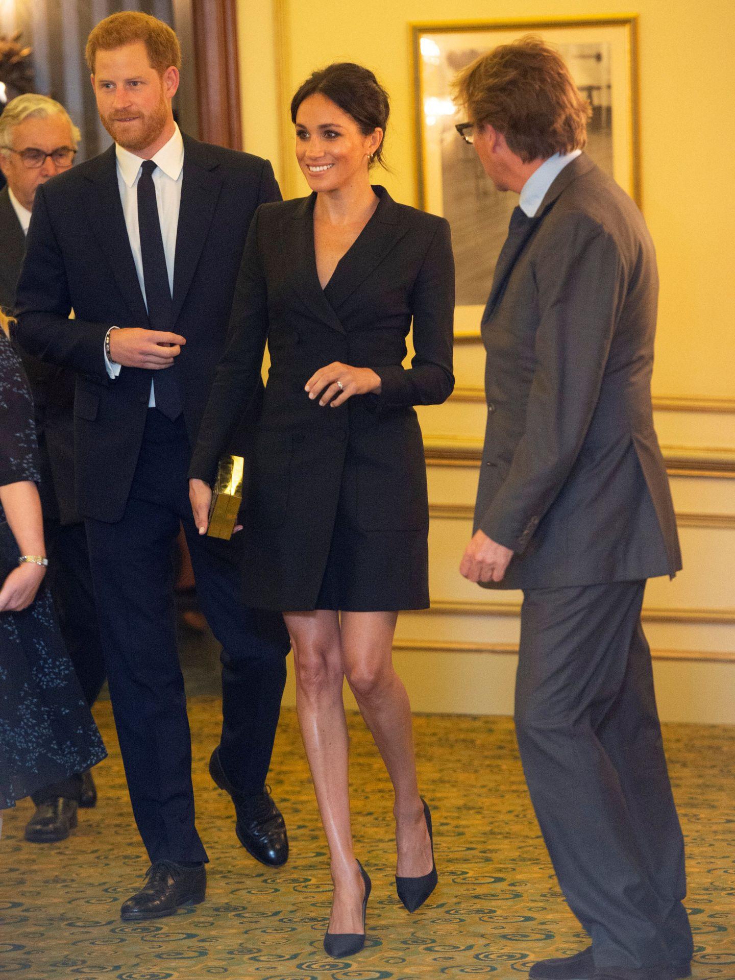 Meghan Markle, con un vestido por encima de las rodillas en el Victoria Palace Theatre. (Reuters)