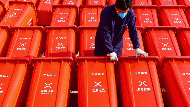 Un trabajador traslada contenedores con productos sanitarios en Ganzhou, China. (Reuters)