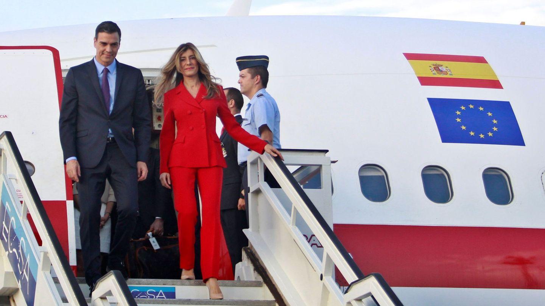 Pedro Sánchez, y su esposa, Begoña Gómez (d), descienden del avión presidencial a su llegada a La Habana, este 22 de noviembre. (EFE)