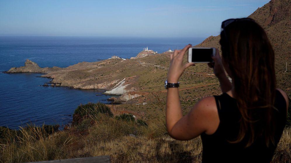 Foto: Vistas desde el mirador de la Vela Blanca, en el Parque Natural Cabo de Gata. (EFE)