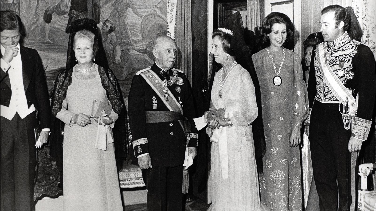Foto: Franco, con su mujer, Carmen Martínez Bordiú y Alfonso de Borbón.