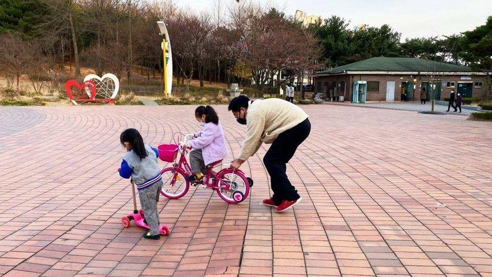 Foto: La familia Hong, en un parque en Seúl, durante el confinamiento.
