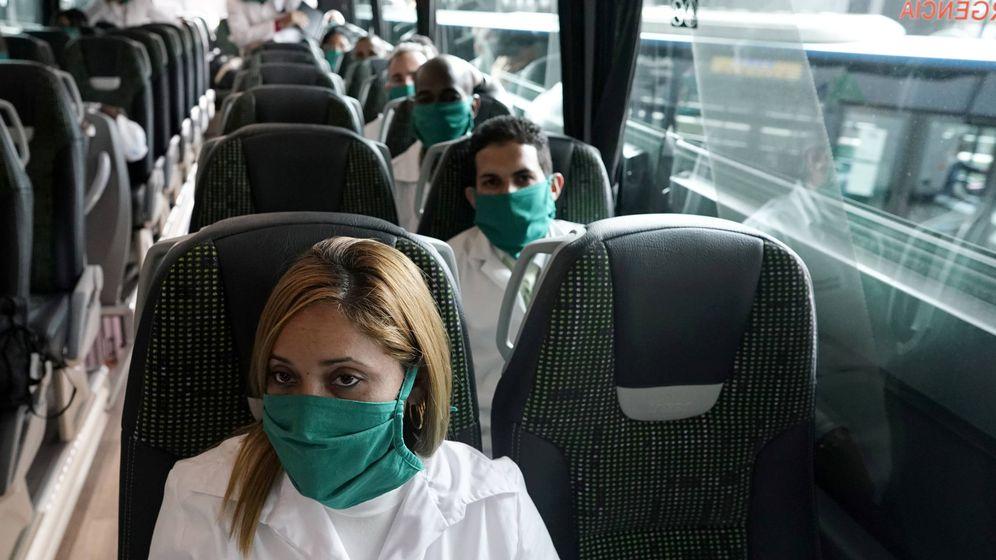 Foto: Los médicos cubanos, llegando a Madrid. (Reuters)