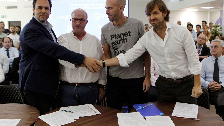 Rosauro Varo (izq.), junto al fundador de Cabify, Juan de Antonio, el secretario general de FeSMC-UGT, Miguel Cilleros, y Eduardo Martín, presidente de Unauto. (EFE)