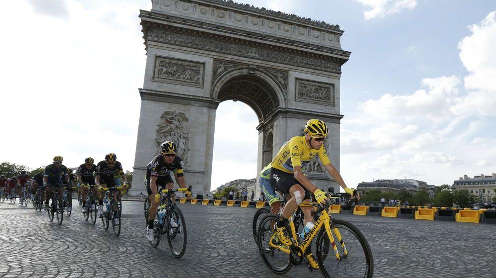 Foto: Froome a su paso por el Arco del Triunfo. Foto: Benoitt Tessier (Reuters)