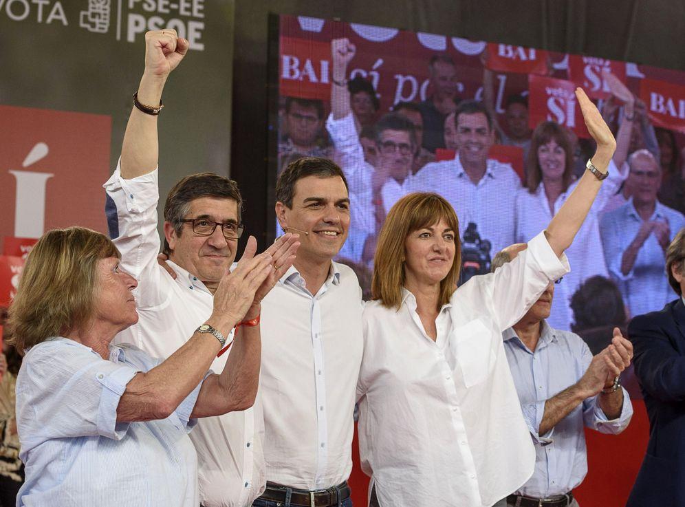 Foto: Pedro Sánchez, con Patxi López, Idoia Mendia y Bárbara Dührkop, viuda del senador Enrique Casas, asesinado por ETA, este 11 de junio en Durango, Bizkaia. (EFE)