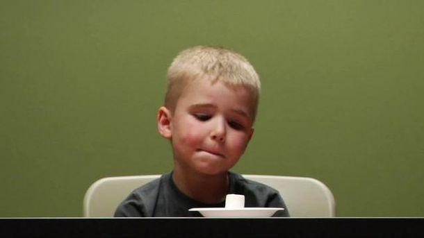 Foto: Uno de los niños durante el experimento de las golosinas. (Stanford University)