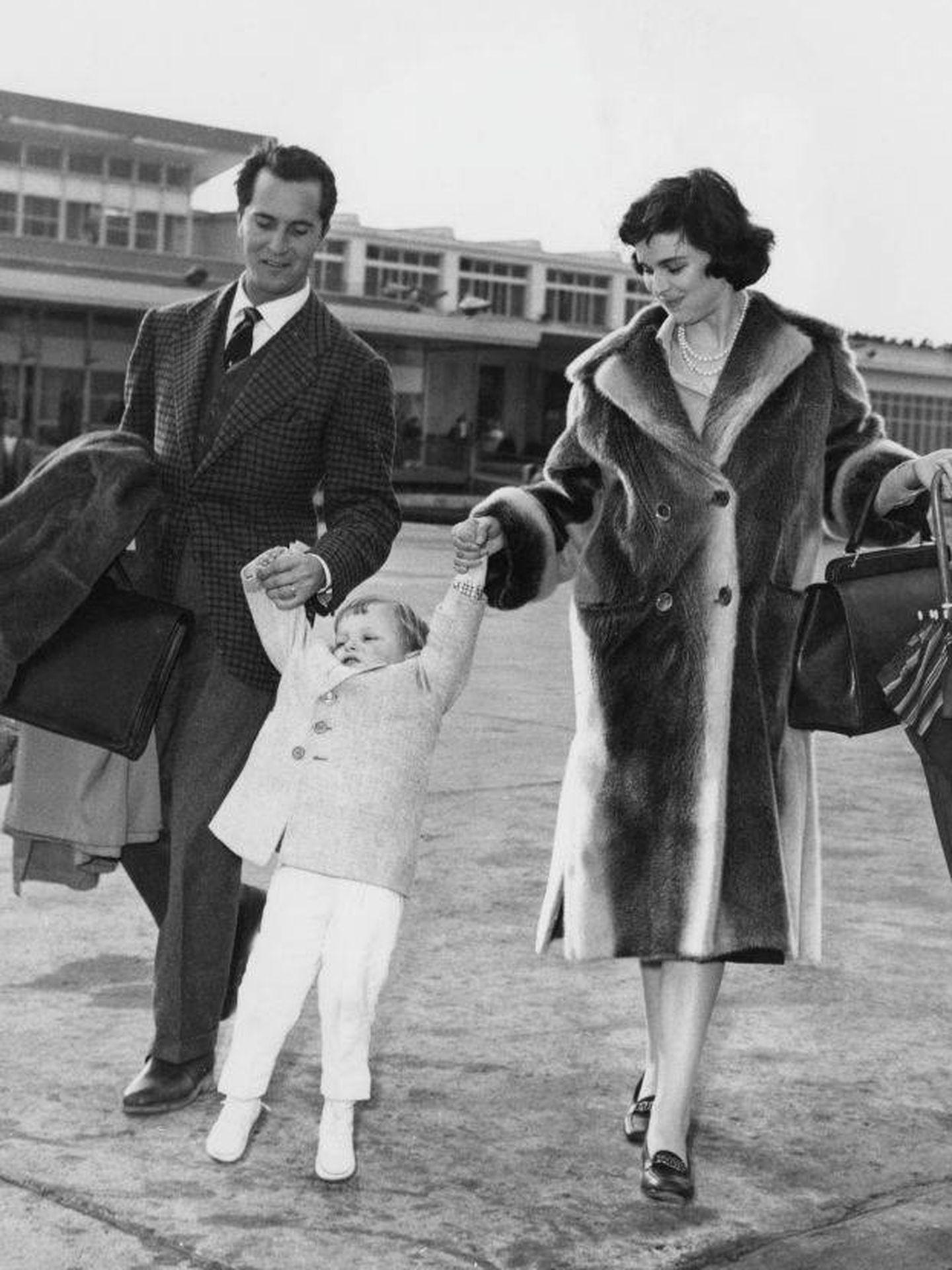 Lucía Bosé y Luis Miguel Dominguín, con Miguel Bosé de niño en Roma. (Getty)