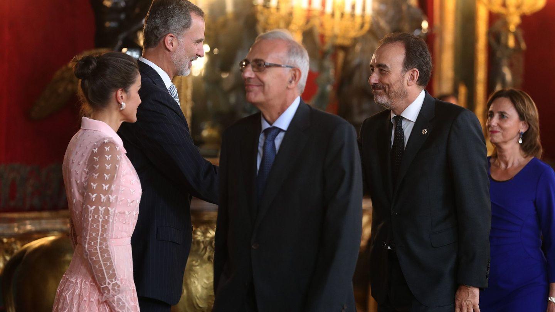 El rey Felipe VI, la reina Letizia, y el juez del Tribunal Supremo Manuel Marchena (2d), en el Palacio Real. (EFE)
