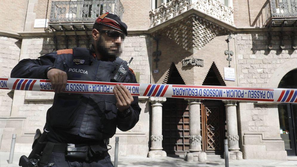 Foto: Un 'mosso d'Esquadra' precinta las inmediaciones de la sede del Diplocat. (EFE)