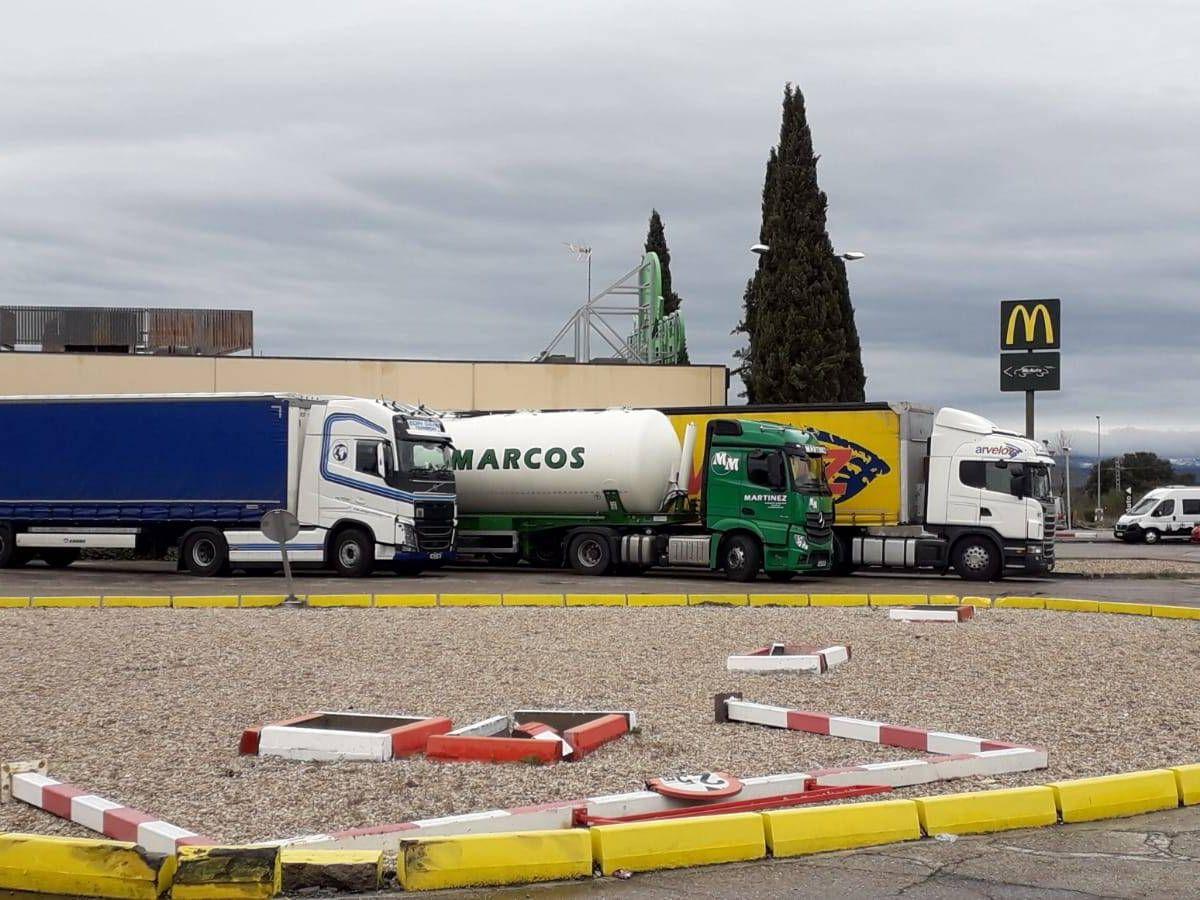 Foto: Camiones, este martes en un área de servicio.