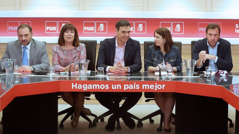 Foto: Pedro Sánchez, en la reunión de la permanente de la ejecutiva de este 18 de junio, con José Luis Ábalos, Cristina Narbona, Adriana Lastra y Óscar Puente. (EFE)