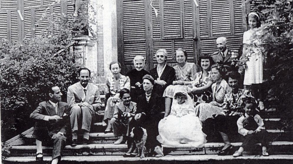 Foto: La familia Orleans-Borbón, reunida con ocasión de la comunión de Beatriz en Sanlúcar en 1949.