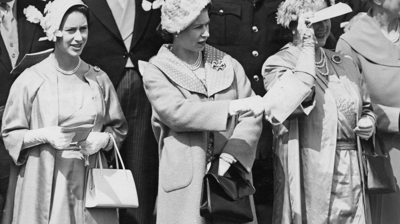 La reina madre, con sus hijas Isabel y Margarita. (Getty)