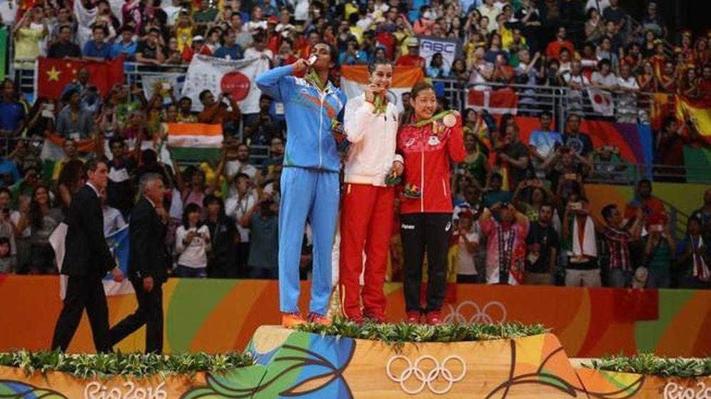 Foto: Carolina Marín, en el podio de Río, con David Cabello al fondo junto a Juan Antonio Samaranch. (Reuters)