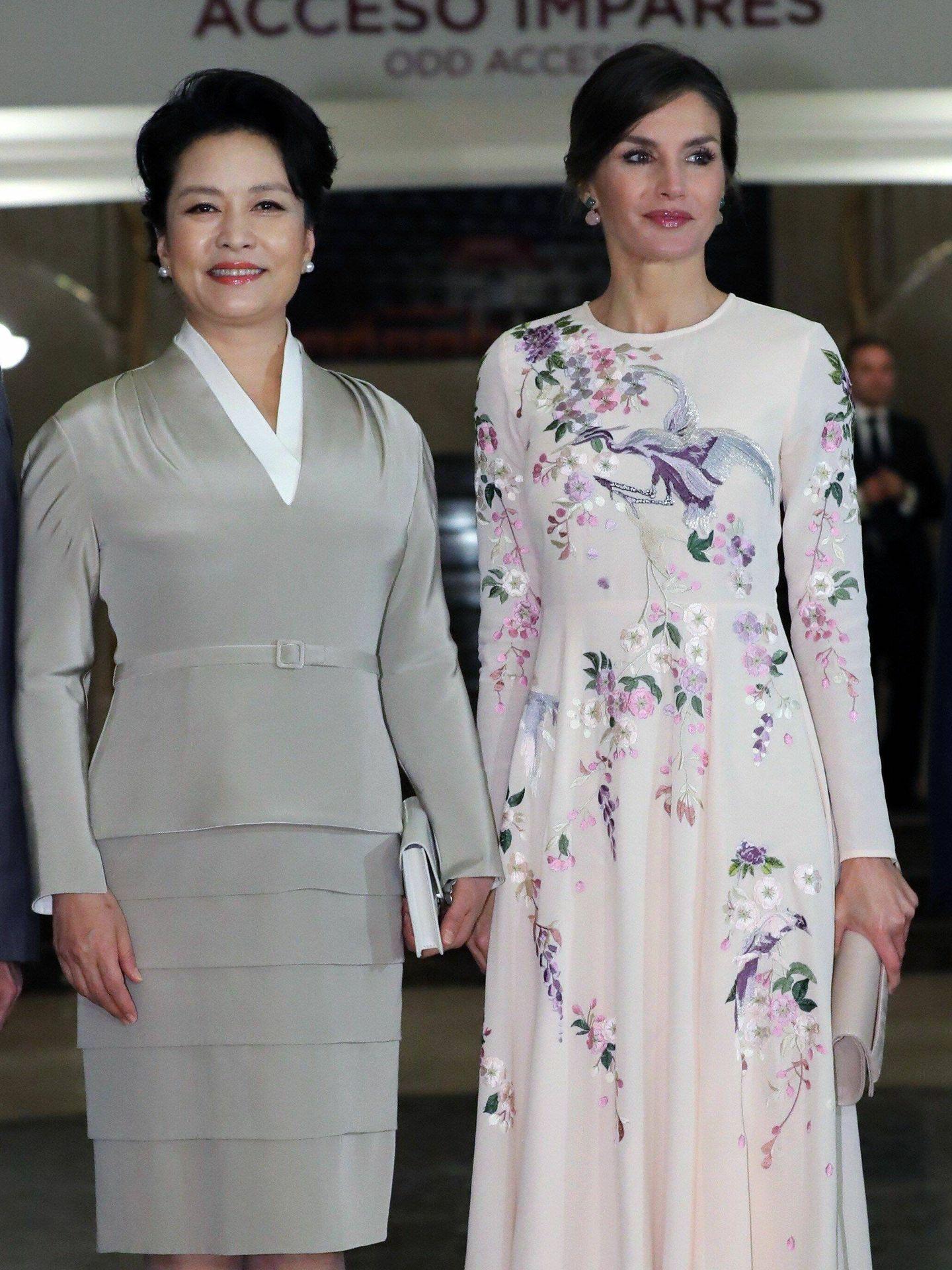 La reina Letizia con el vestido de flores bordadas y pájaros de Asos. (Getty)