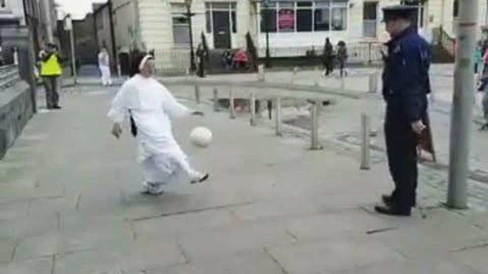 La monja que juega al fútbol con un policía