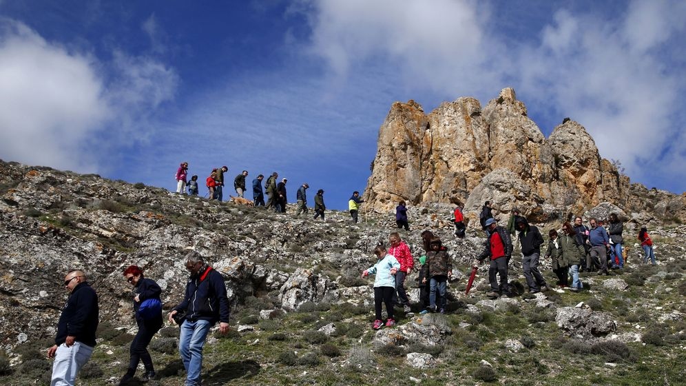 Foto: Un grupo de turistas, en un cerro de Fuentelsaz (Guadalajara). (EFE)