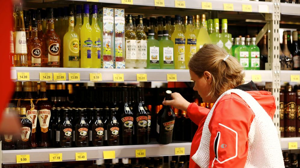 Foto: Una mujer compra en una licoreria. Foto: REUTERS Ints Kalnins