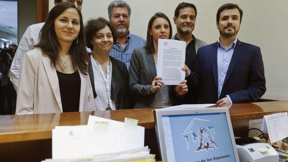 Foto: El grupo parlamentario de Unidos Podemos, En Comú Podem y En Marea presentan en el registro del Congreso de los Diputados la anunciada moción de censura. (EFE)