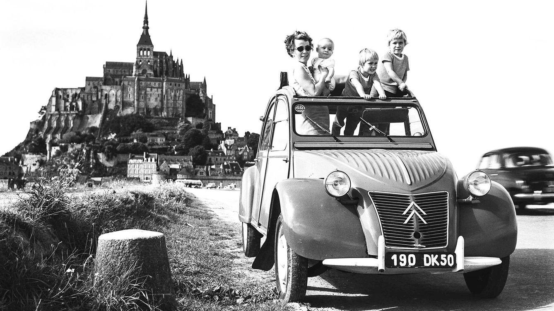 Foto: El mítico 2CV, en una imagen tomada frente al monte Saint-Michel, en Francia.