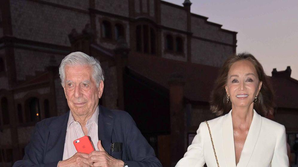 Foto: Mario Vargas Llosa e Isabel Preysler acuden a la presentación de un documental sobre la vida del Premio Nobel. (Cordon Press)
