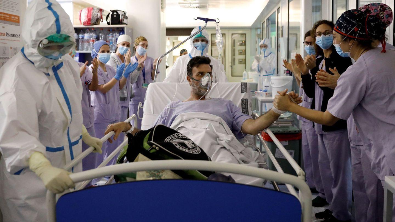 Sanitarios despiden a un paciente que ha sido dado de alta tras varios días en la UCI en Valencia. (EFE)
