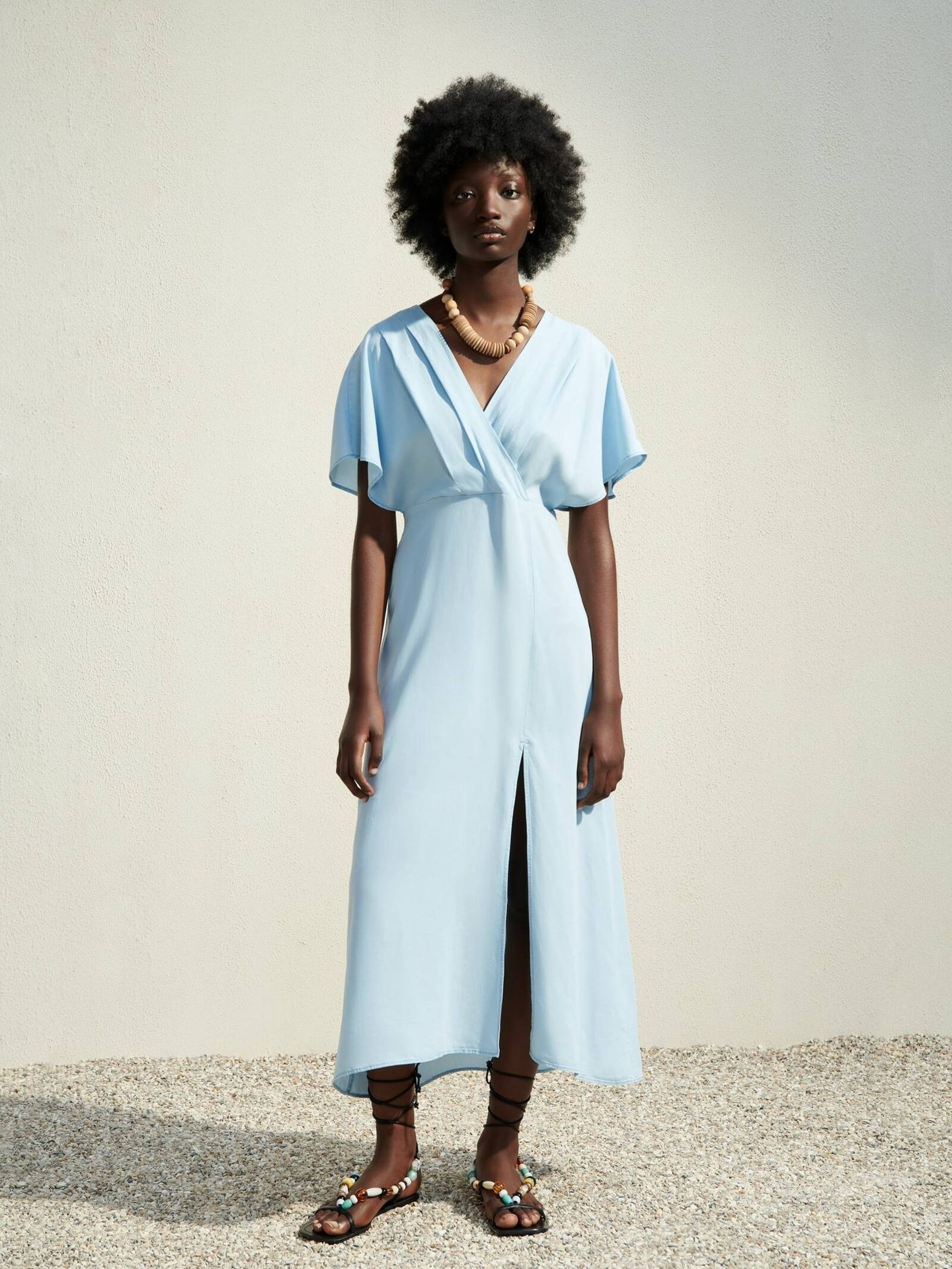 Vestido 'pale wrap dress' de Zara. (Cortesía)