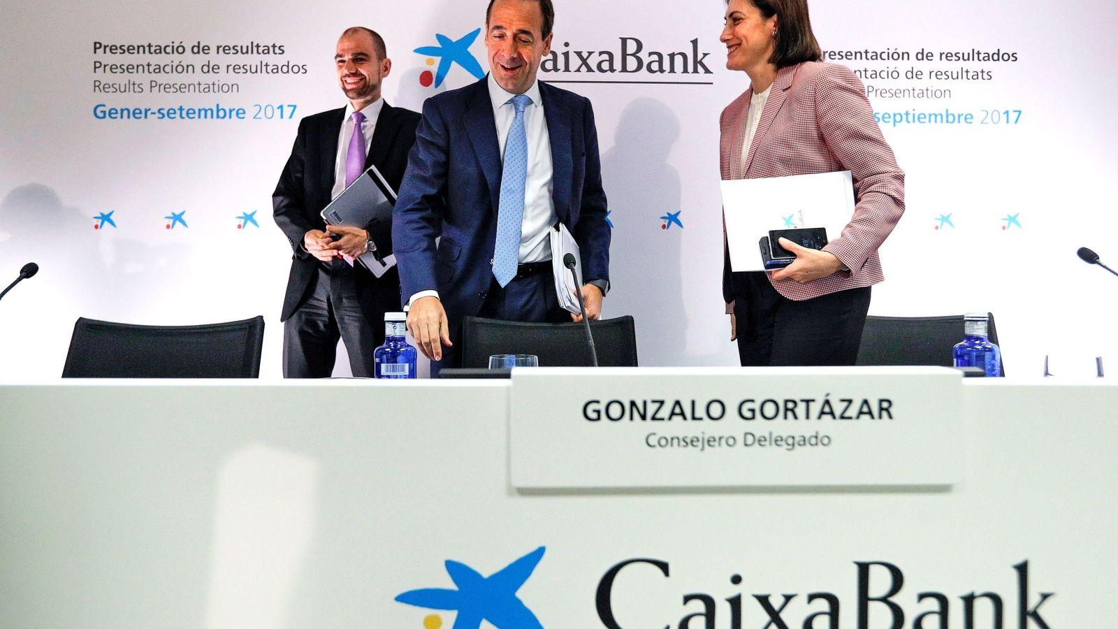 Foto: Gonzalo Gortázar, en el centro, en la presentación de resultados de CaixaBank en Valencia. (EFE)