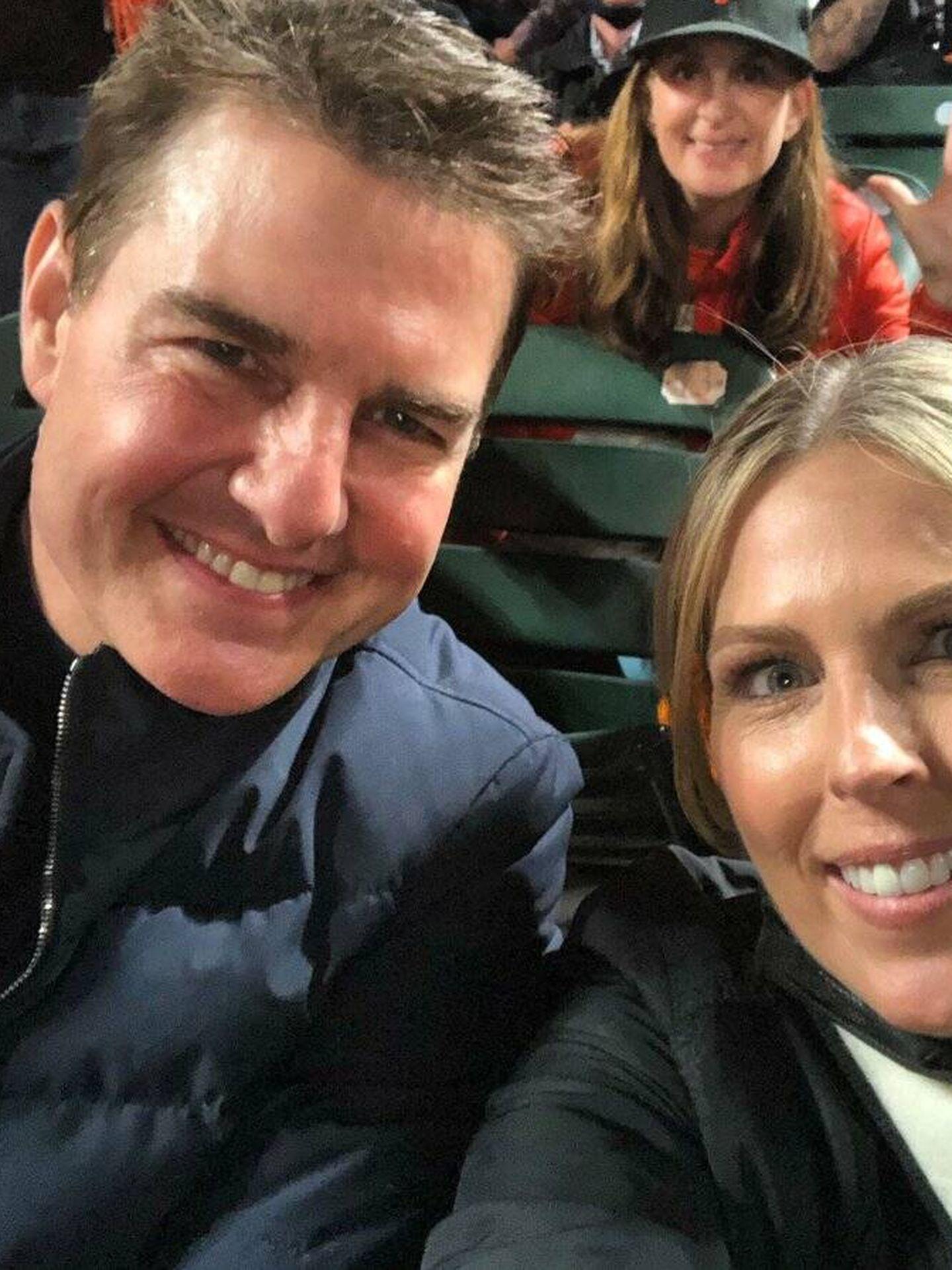 Tom Cruise, posando con Amy Gutierrez en el partido de los Dodgers contra los Giants. (Instagram @amy_gutierrez)