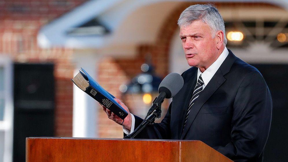 Foto: Franklin Graham con la Biblia en un funeral. (EFE)