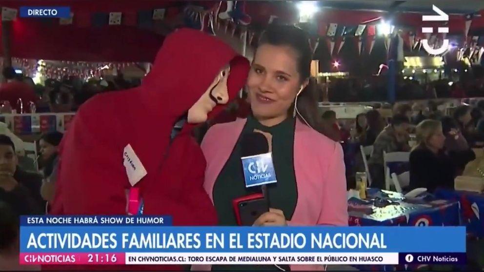 Un hombre con una máscara de 'La casa de papel' acosa a una reportera chilena