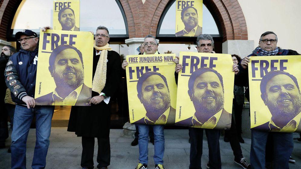 Foto: Manifestación en apoyo de Oriol Junqueras en su pueblo. (EFE)