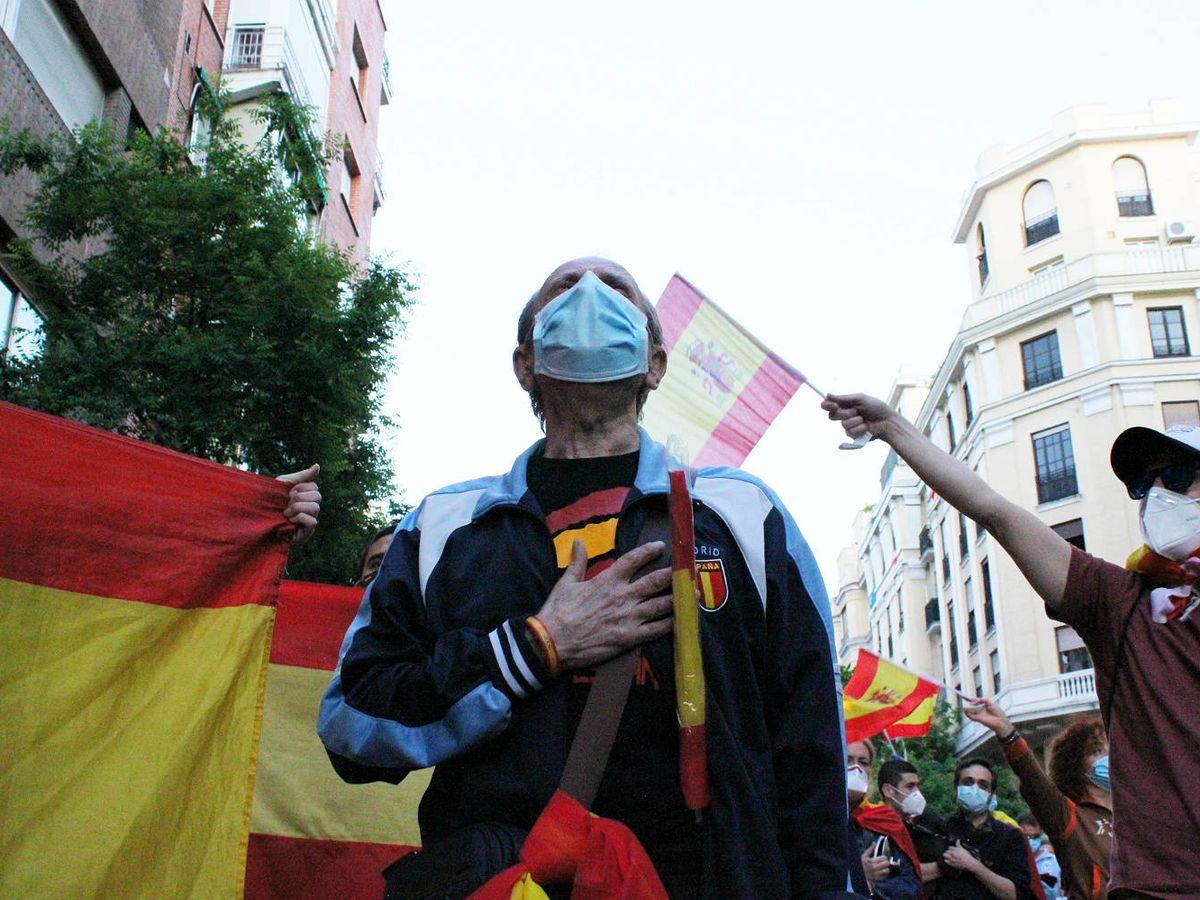 Foto: Los manifestantes, frente a la sede del PSOE. (B. Tena)