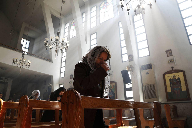 Foto: Una mujer durante un misa en solidaridad con los asirios secuestrados por el ISIS, en Damasco (Reuters).