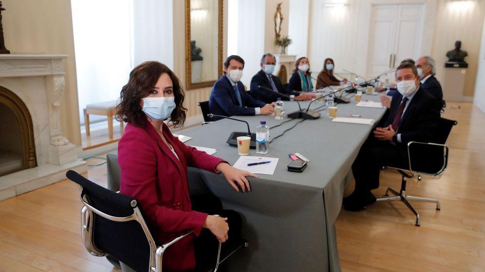Foto: Ayuso, durante su reunión del pasado lunes con Mañueco y García Page en Sol. EFE