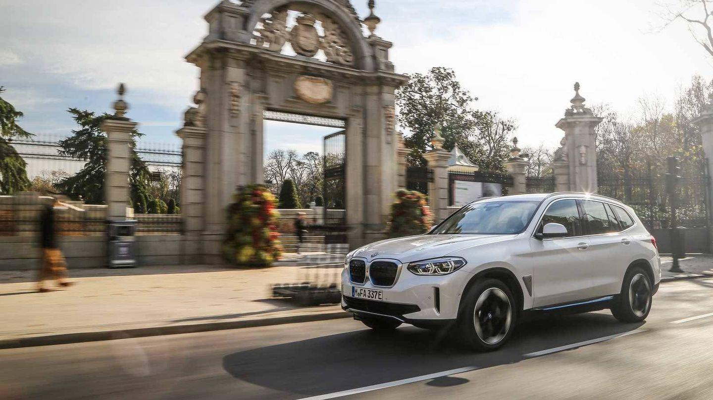 BMW ha desplazado tres unidades de pre-serie del nuevo iX3 para sus pruebas en España.